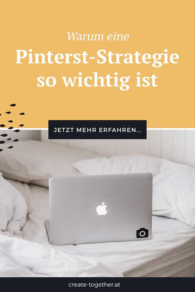 """Laptop auf Bett mit Textoverlay """"Warum eine Pinterest-Strategie so wichtig ist"""""""