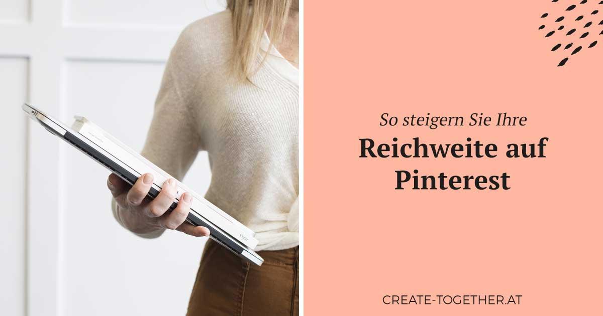 """Frau mit Notizblock in der Hand, Textoverlay """"So steigern Sie Ihre Reichweite auf Pinterest"""""""