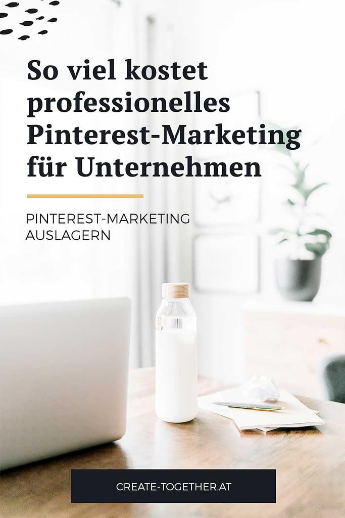 """Laptop auf Schreibtisch mit Glasflasche, Textoverlay """"So viel kostet professionelles Pinterest-Marketing für Unternehmen"""""""