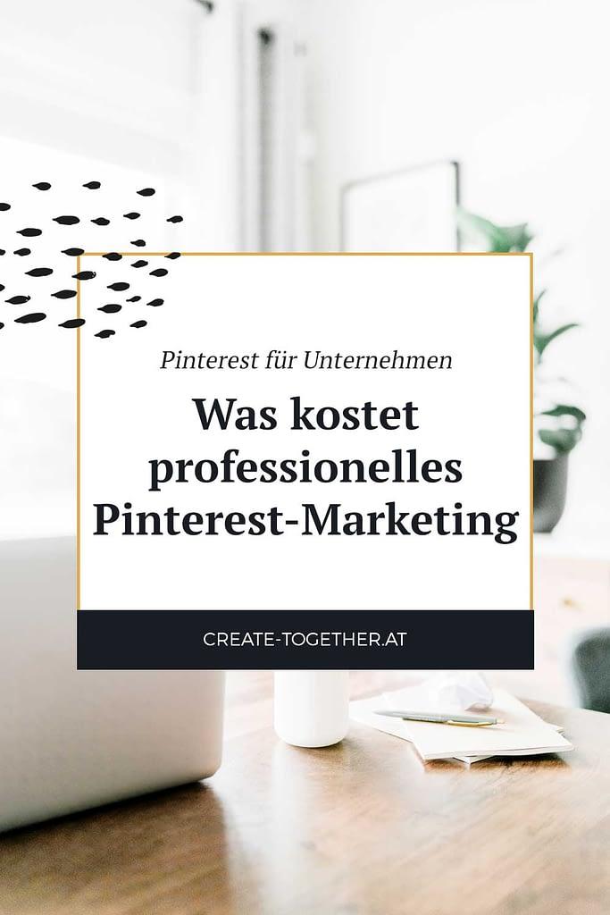 """Laptop auf Schreibtisch mit Glasflasche, Textoverlay """"Pinterest für Unternehmen: Was kostet professionelles Pinterest Marketing"""""""