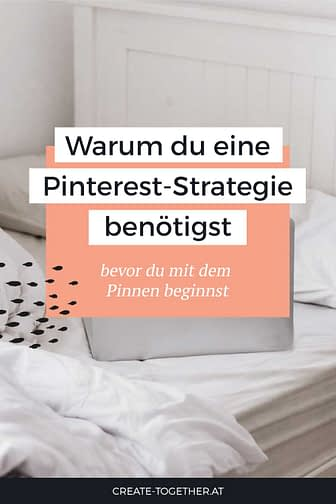 """Laptop auf Bett mit Textoverlay """"Warum du eine Pinterest-Strategie benötigst"""""""