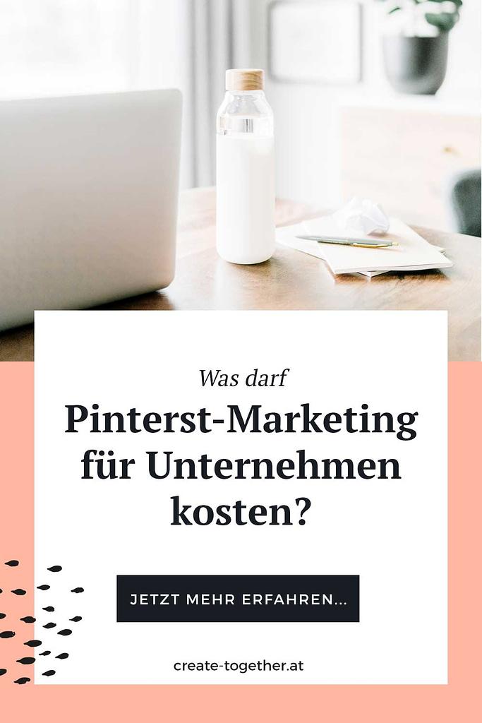"""Laptop auf Schreibtisch mit Glasflasche, Textoverlay """"Was darf Pinterest-Marketing für Unternehmen kosten"""""""