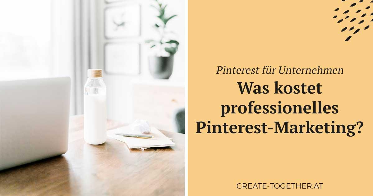 """Laptop auf Schreibtisch mit Glasflasche, Textoverlay """"Pinterest für Unternehmen - Was kostet professionelles Pinterest Marketing"""""""