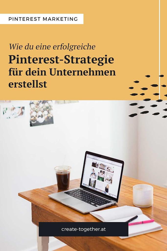 """Schreibtisch mit Laptop und Notizblock, Textoverlay """"Wie du eine erfolgreiche Pinterest-Strategie für dein Unternehmen erstellst"""