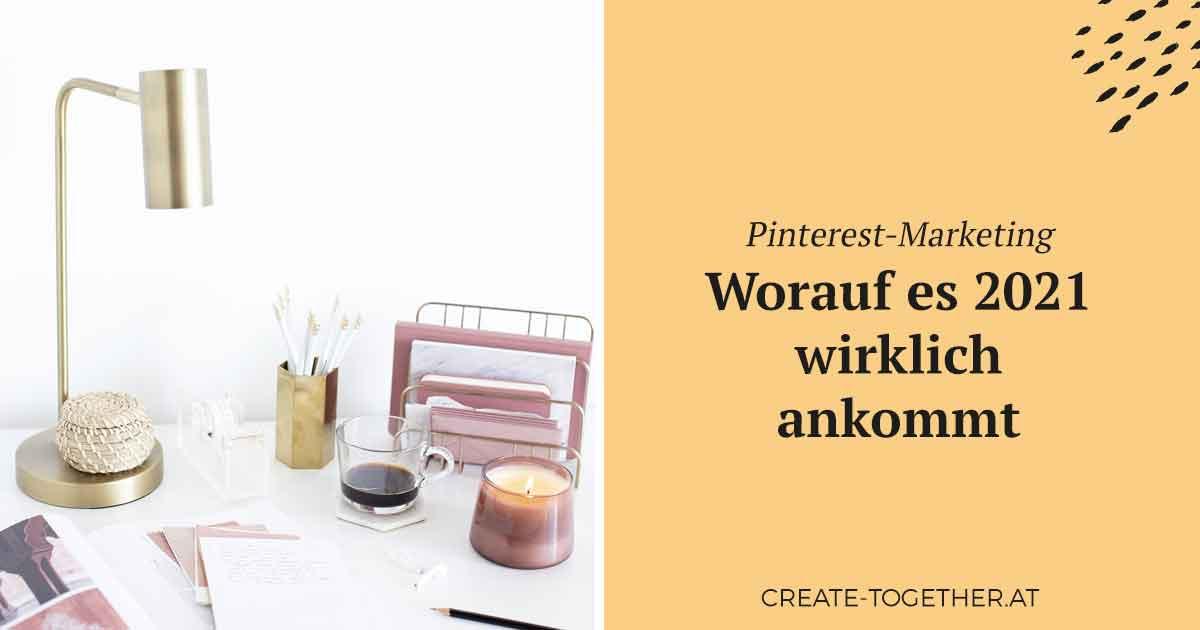 """Schreibtischuntensilien, Lampe und Kerze; Textoverlay """"Pinterest-Marketing, worauf es 2021 wirklich ankommt"""""""