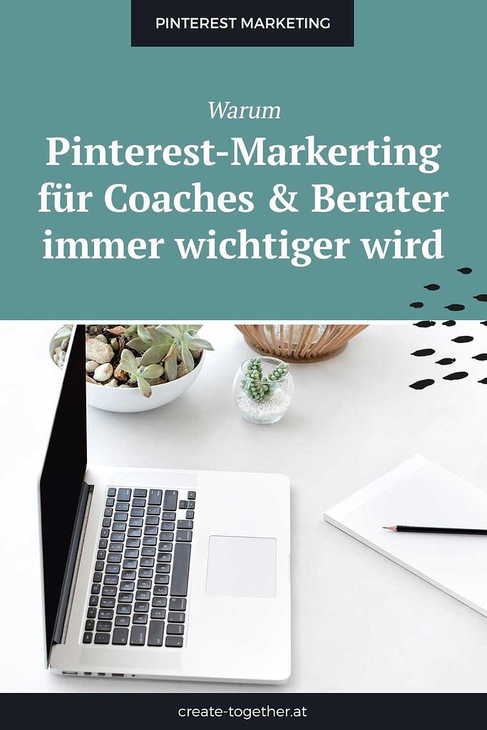 """Laptop neben Blumendeko, Textoverlay """"Warum Pinterest für Coaches & Berater immer wichtiger wird"""""""