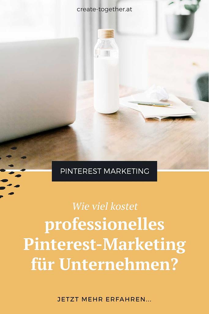 """Laptop auf Schreibtisch mit Glasflasche, Textoverlay """"Wie viel kostet professionelles Pinterest-Marketing für Unternehmen"""""""