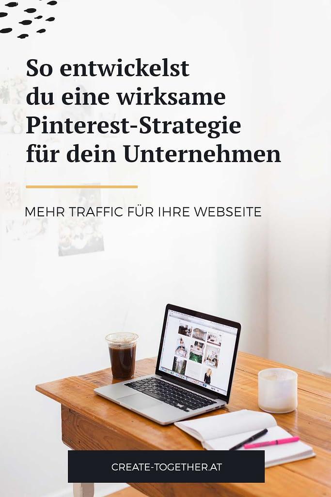 """Schreibtisch mit Laptop und Notizblock, Textoverlay """"So entwickelst du eine wirksame Pinterest-Strategie für dein Unternehmen"""""""